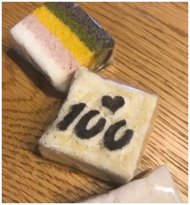 foto de un pastel de arroz celebrando el día 100 del hijo de Ji Sung y Lee Bo Young